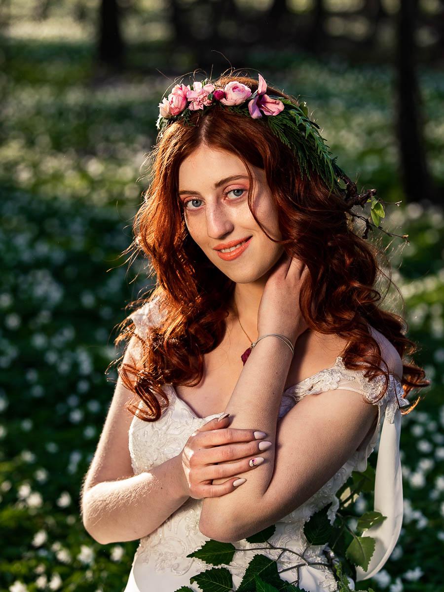 Pani Wiosna i paznokcie wiosenne na sesja wiosenna w plenerze
