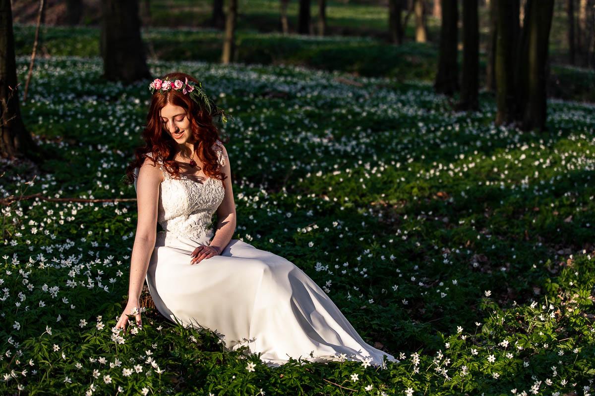 Siedzi Pani Wiosna i obserwuje jak rosną zawilce na sesja wiosenna