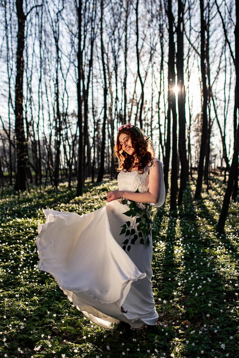 Pani Wiosna szeroko zarzuca sukienką jak na wiosenna sesja w plenerze.