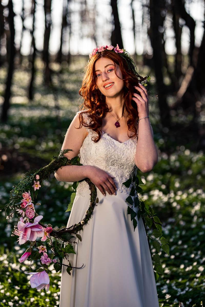 Pani Wiosna spogląda zalotnie w stronę aparatu jak na sesja sensualna.
