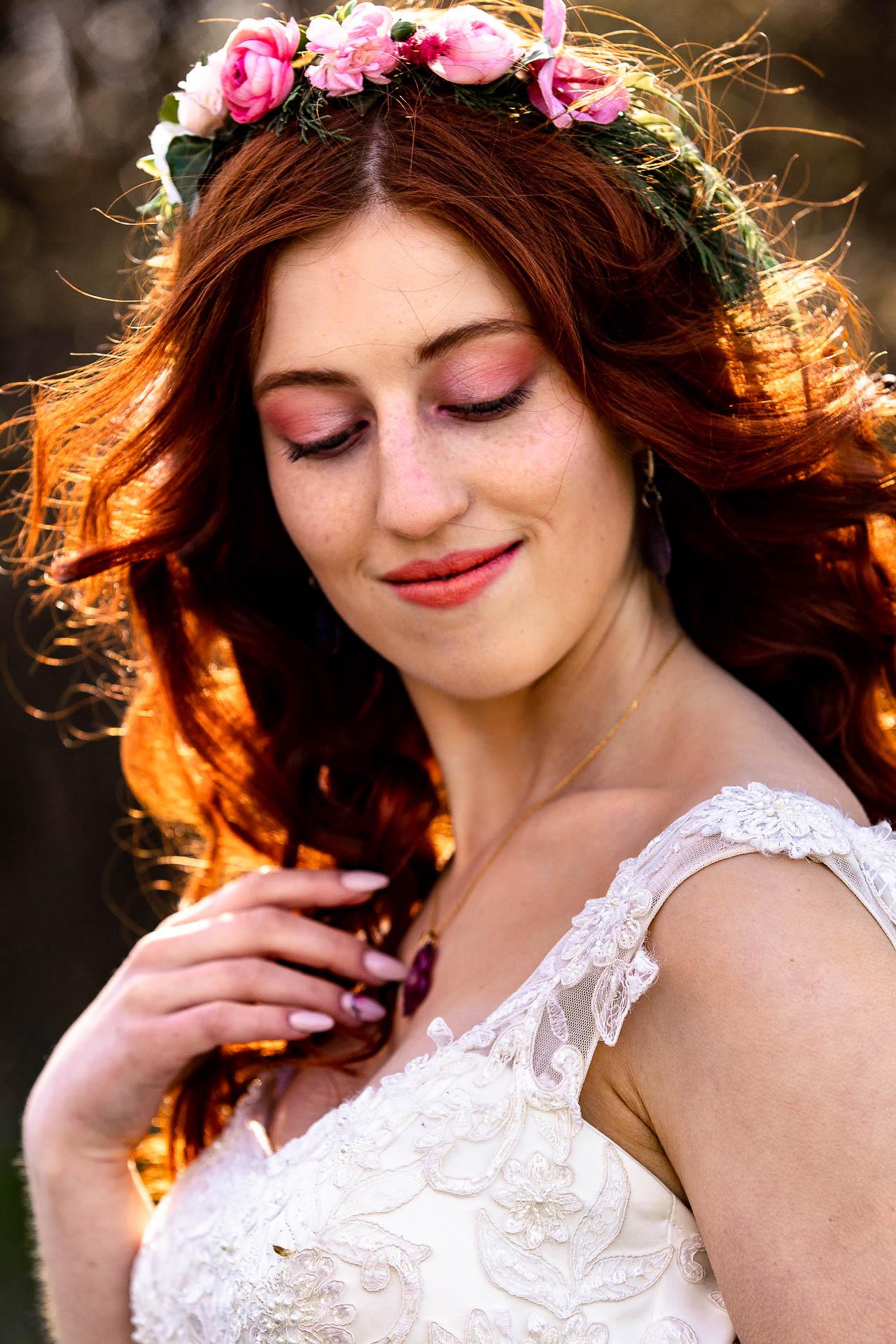 Spogląda w dół i widać makijaż ślubny wiosenny.