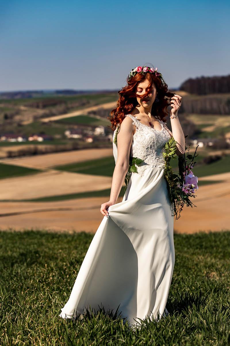 Kosmyk włosów zasłania jej twarz na sesja ślubna wiosenna.
