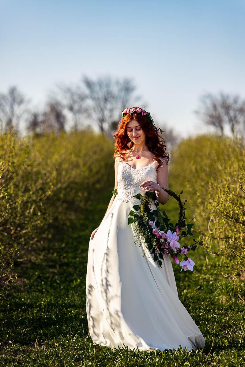 Idzie po trawie jak na sesja zdjęciowa wiosenna na łące.