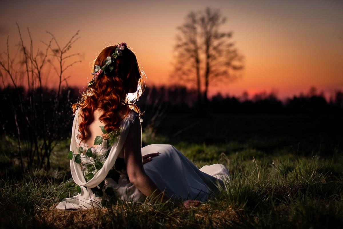 Pani Wiosna siedzi odwrócona tyłem i patrzy ciekawa o której zachód słońca?