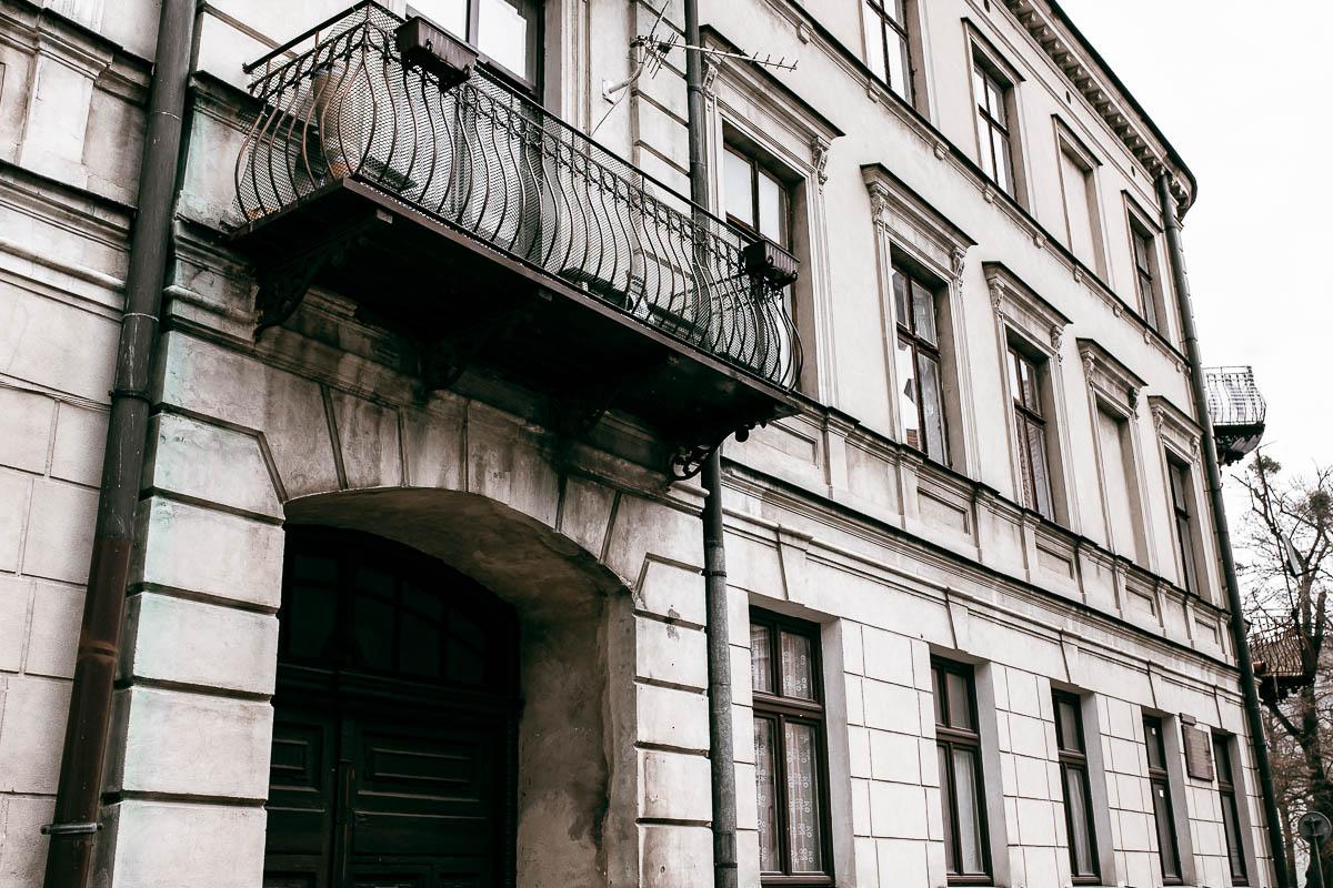 Stara kamienica na starym mieście w Zamościu. Widać bramę wejściowa, nad nią balkon.