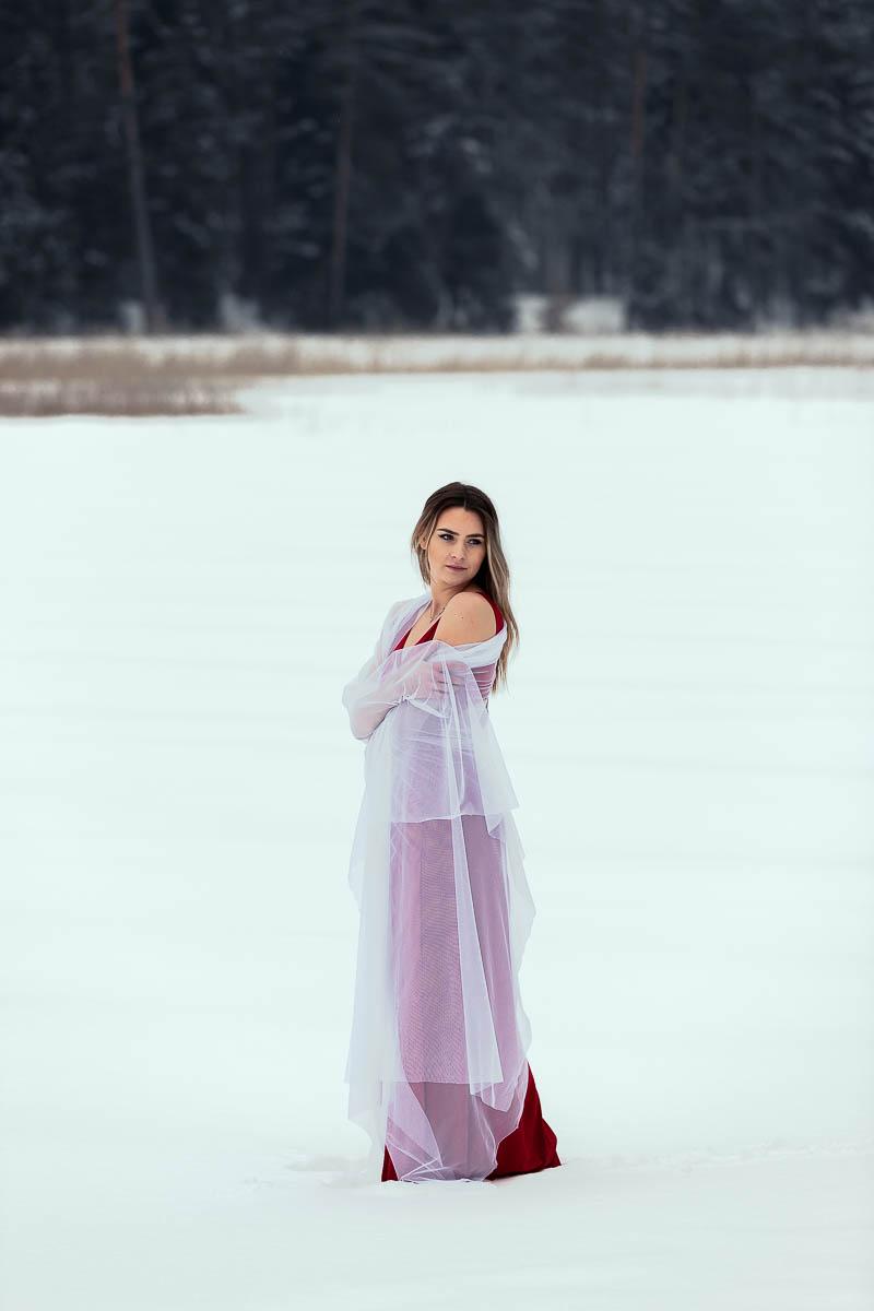 W czerwonej sukience wtulona w biały welon jak na profesjonalna sesja ślubna Lublin.