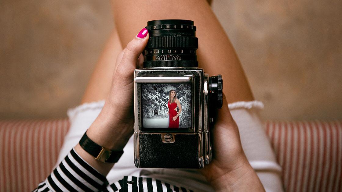 Dziewczyna i aparat na sesja kobieca w koszuli.