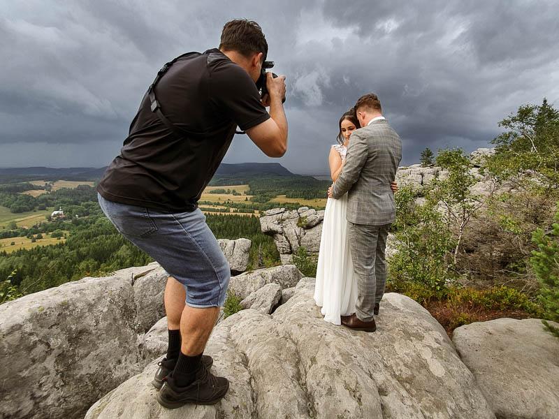 Fotograf MisterFoto.pl robi zdjęcie Młodej Parze w Górach Stołowych
